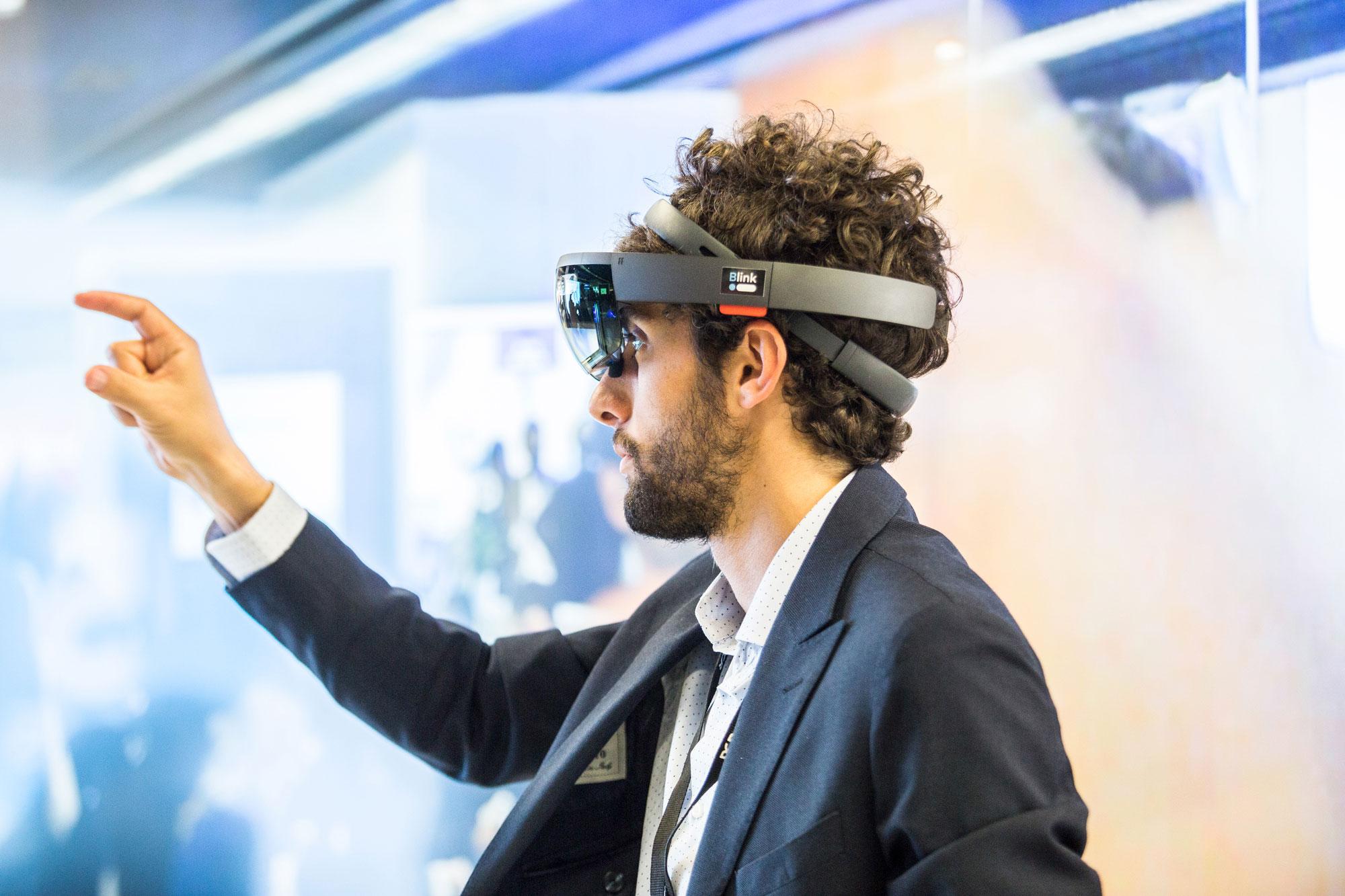 homme teste lunette 3D salon professionnel
